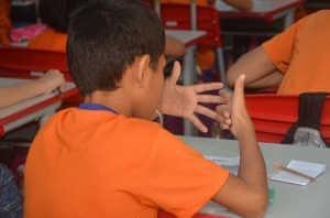Lernender Junge in der Schule